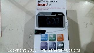 "Emerson Smart Set 1.4"" Blue Jumbo Display, Dual Alarm Clock Radio"