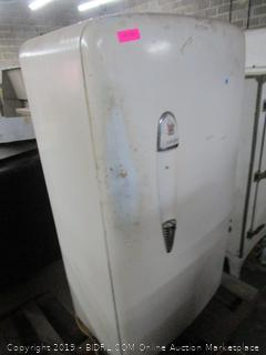 Gibson Vintage Refrigerator Powers on and Cools See Pictures