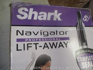 SHARK NAVIGATOR LIFT-AWAY PRO VACUUM (POWERS ON)