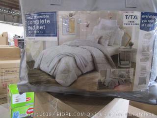 Twin/Twin XL Reversible Comforter Bedding