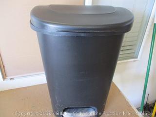 rubbermaid 13 Gallon Trash Can