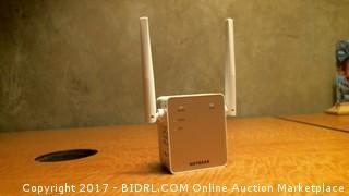 Netgear AC1200 Wifi Range Extender - Powers On